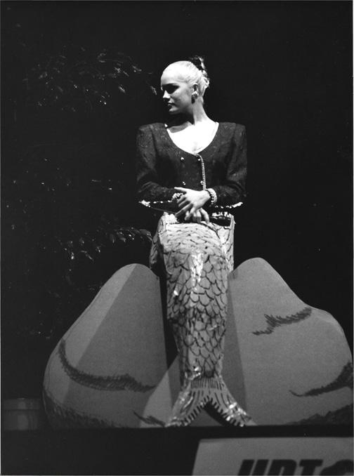 """Efter at Tivoli garden havde åbnet med Wonderfull Copenhagen - gik tæppet fra og præsenterede aftenens konferencier Lotte """"Havfrue"""" Heise."""